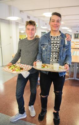 Juhlapäivänä tarjotut tortillat maistuivat Daniel Luodelahdelle (vas.) ja Niklas Mäkiselle.