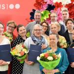 Kuvassa etualalla palkintojen saajat ja ylärivissä palkintojen luovuttajat eli Petri Kolmonen (vasemmalla) joukkoineen.
