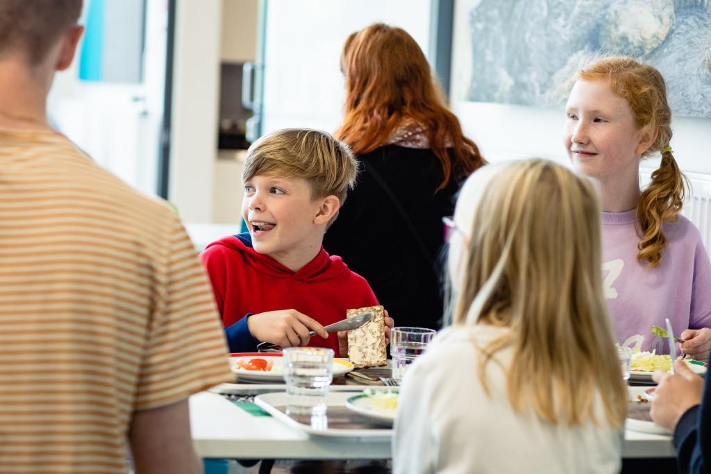 Koululaiset syömässä_Kellokoski